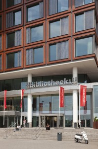 Het plein voor de bibliotheek heeft zijn definitieve invulling nog niet gevonden.  Foto: Sjaak Henselmans