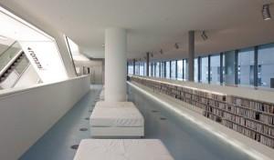 Witleren loungebanken en strakke witte wanden blijken vandalismegevoelig en erg snel vies. Door schoonmaken en overschilderen is dat maar deels opgelost.  Foto: Sjaak Henselmans