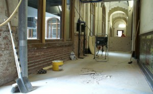 De tijd was bepaald niet mild geweest voor de jugendstil tegeltableaus in de gangen en trappenhuizen van het monumentale gebouw aan de Van Baerlestraat. De tableaus waren voor een groot deel verdwenen of zwaar beschadigd.