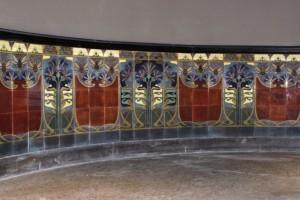 De nieuwe tegels moesten wat kleur, patroon en structuur betreft zo dichtbij het origineel liggen dat na plaatsing niemand meer kan zien waar de nieuwe tegels aansluiten op de originele exemplaren.