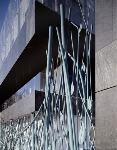 Een eerder ontwerp van het bureau van Erick van Egeraat is een spectaculair 'klimopachtig' hek voor de Nederlandse ambassade in Polen