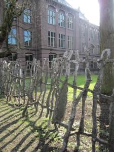 Nicholas Pope ontwierp in 2000 een hek als kunstwerk voor de achterkant van de nieuwe rechtbank in Utrecht. Foto Anka van Voorthuijsen