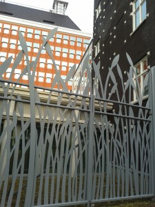 Duidelijk op Friesland geïnspireerde hekken rond het provinciehuis in Leeuwarden, van Soeters Van Eldonk architecten. Foto Anka van Voorthuijsen