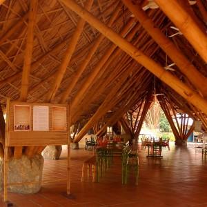 Interieur van de school, ook het meubilair is door 24H ontworpen en in bamboe uitgevoerd.