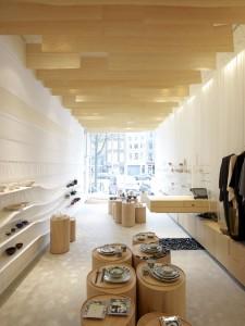 Herinrichting 't Japanse Winkeltje in Amsterdam. Op de begane grond zijn de vloer, muren en plafonds getransformeerd in display-oppervlaktes met elk een eigen karakter. De materiaalkeuze reflecteert de kwetsbaarheid en lichtheid van de items die in de winkel worden verkocht.