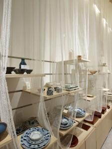 De materiaalkeuze reflecteert de kwetsbaarheid en lichtheid van de items die in de winkel worden verkocht. Het interieur is deels handgemaakt van materialen als papier, bamboe en textiel. Traditionele Japanse architectuuropvattingen en materiaalgebruik zijn geplaatst in een nieuwe context.