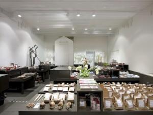 De entree van het museum is de giftshop. Centraal in deze ruimte staan lange tafels met een aardekleurig blad waarin de tulpenbollen worden gepresenteerd. Deze opstelling symboliseert de organische groei van de tulp.