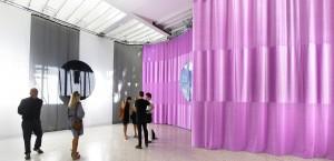 In het witte Nederlandse paviljoen creëert Petra Blaisse met 300m2 textiel verschillende sferen, zacht en roze, hard en metallic en transparant voile. Foto: Rob 't Hart.