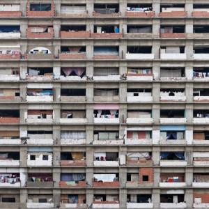 De bevolking van de Venezolaanse hoofdstad Caracas heeft een halfafgebouwde kantoortoren Torre David gekraakt en uitgebouwd tot een ministad. Foto: Iwan Baan.