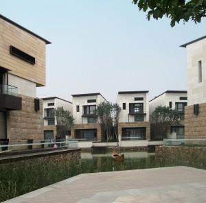 Dongi Lake is een grote nieuwbouwwijk, gelegen aan het gelijknamige meer in het buitengebied van de miljoenenstad Tianjin. Hier verzorgde Contexturearchitects het masterplan en de architectuur van 249 semi-vrijstaande en geschakelde woningen op een oppervlak van 58.500m2. Omdat het merendeel van de woningen aan het water ligt, kregen kopers er een bootje bij.