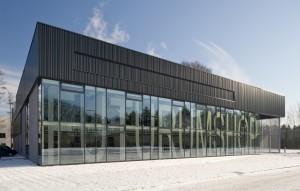3. Exterieur met grote glazen gevel en metalen panelen. Foto: Thea van den Heuvel/DAPh
