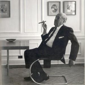 Mies van de Rohe op een door hem ontworpen stalen stoel uit de 30er jaren gefotografeerd in zijn appartement in Chicago. Foto: Werner Blaser