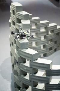 Fabio Gramazio gebruikt vliegende robots die bakstenen in diverse configuraties plaatsen.
