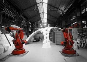 Jelle Feringa maakt van afgedankte robotarmen robots die 3D-printen en lasersnijden combineren met traditionele bouwtechnieken als lassen, frezen en snijden.