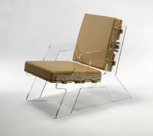 Deze Clic Chair van Alexander Pelikan heeft zijkanten van glas waarin een hout frame wordt geklikt.