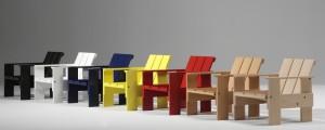 Het label Rietveld by Rietveld brengt de oorspronkelijke doe-het-zelf kratstoelen van Gerrit Rietveld uit 1934 nu op de markt als geassembleerde stoelen. Hier de kratstoel junior.