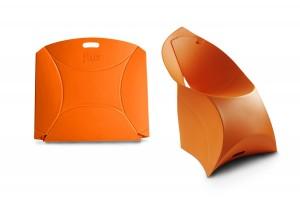 De Flux Chair van Douwe Jacobs bestaat uit één kunststof plaat die wordt gevouwen tot stoel.
