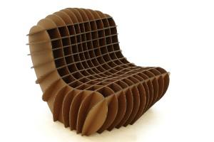 De meest verfijnde van David Graas kartonnen meubels is de Cardboard Lounge Chair, een sierlijke fauteuil bestaande uit 24 platen die in elkaar worden geschoven.