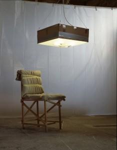 Van kartonnen dozen, standaard houten latjes van de bouwmarkt maar ook gevonden op straat, bouwde Tord Boontje in zijn werkplaats een serie grove meubels, de Rough & Ready collectie.
