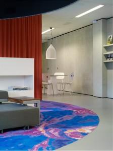 Voor de centrale ruimten van het kantoor van Rabo Vastgoed / Bouwfonds in Eindhoven ontwikkelde Yksi Ontwerp onder meer tapijten met een geabstraheerde foto van een afdelingsactiviteit, zoals stadsplattegrond, schets, dak, gevel, betonijzer en mensen. Foto: Hans Morren