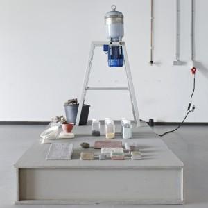 12. Tom van Soest vermaalt bouwpuin en bakt het vermengd met glaspoeder op hoge temperatuur tot een nieuw hoogwaardig bouwmateriaal.