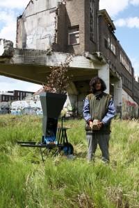 11. Farming the pollution van Giacomo Piovan. Planten nemen zware metalen op en worden versnipperd en tot blokken geperst, die kunnen worden hergebruikt.
