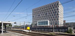 Het stadhuis is onderdeel van de 'Goudse Spoorzone', dat de noordzijde van het spoor moet transformeren van een lelijk stuk stad naar een aantrekkelijk en levendig visitekaartje. Het stadhuis aan deze kant ingekapseld door de fietsenstalling. Foto: Raoul Suermondt