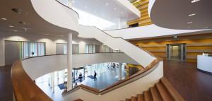 Op de eerste verdieping zijn de publieksbalies met een meer huiselijke, warme uitstraling. Foto: Raoul Suermondt