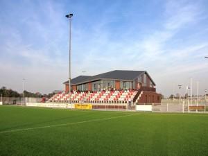 Voor voetbalvereniging Dilettant in Krimpen aan de Lek werd LG architecten in 2003 volgens de traditionele manier gevraagd als architect een plan te maken een clubaccommodatie met kleedkamers en geïntegreerde tribune.