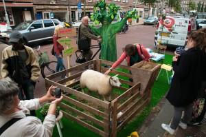 Dit jaar gaf Placemakers 15 groene initiatieven een parkeerplek langs de Javastraat in Oost. Bewoners en ondernemers ervoeren samen de vernieuwende mogelijkheden van groen in de stad.