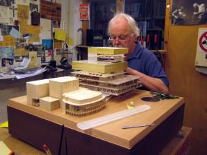 De eigen maquettebouwer van Mecanoo maakt een maquette van de bibliotheek in Birmingham, UK. Het gebouw op de voorgrond op de maquette is het belendende REP Theatre, dat wordt gerenoveerd naar ontwerp van Mecanoo.