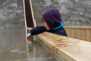 De damwandachtige wanden, uitgevoerd in gemodificeerd naaldhout, scheiden de watermassa moeiteloos tot een veilige doorwaadbare plaats en bekrachtigen de natuurlijke band tussen hout en toepassing. Foto: RO&AD architecten
