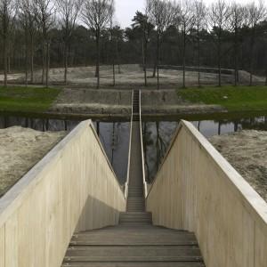 De materialisatie van deze unieke onder de waterlijn verborgen brug is uitgevoerd in Accoya, een houtproduct dat gebaseerd is op het modificeren van naaldhout. Foto: RO&AD architecten