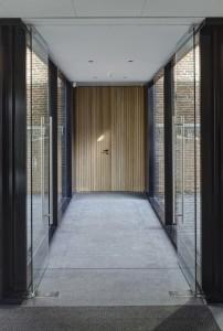 Eindeloos hebben Hubert Jan Henket en Janneke Bierman gestudeerd op de deur die de overgang markeert tussen de monumentale kerk en de nieuwe, moderne uitbreiding. Foto: René de Wit