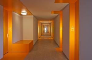 7. Kleur en poorten in lange gangen zorgen voor herkenbaarheid en variatie. Foto: John Lewis Marshall