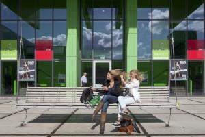 14. In Casa Confetti besteedde Marlies Rohmer veel aandacht aan ontmoetingsplaatsen voor studenten, hier de schommelbank voor de entree. Foto: Scagliola/Brakkee