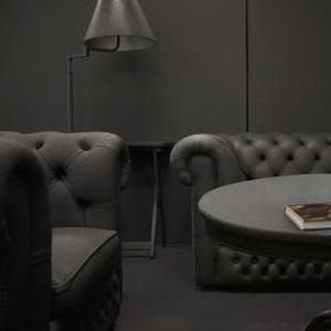 Ontwerpbureau i29 ontwierp in 2009 een tijdelijk interieur voor het reclamebureau Gummo. Het moest low budget en dus kocht i29 meubilair op via Marktplaats en liet dit coaten door een bedrijf dat zeecontainers behandeld. De muren en vloer van het kantoor kregen dezelfde donkergrijze tint. Foto: Ewout Huibers