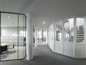 Omdat iedere werknemer zich op kantoor thuis moet voelen, is het meubilair basic gehouden in zwart en grijs met witte details. Foto: Christian Richters