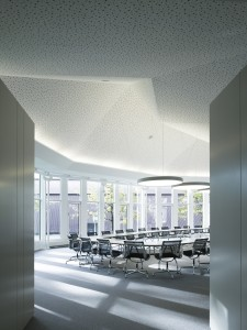 Het originele, geluiddempende gaatjesplafond in de conferentiezaal op de begane grond is behouden. Foto: Christian Richters