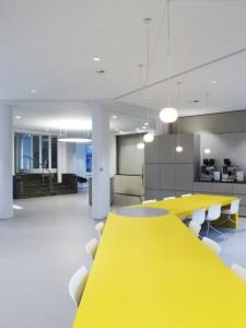 Met verschillende meubels zijn er in het restaurant diverse sferen gecreëerd. Foto: Christian Richters