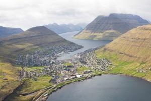 Klaksvík is met krap 5000 inwoners de tweede stad van de Faeröer eilanden. De stad is in de loop van de 20e eeuw lineair uitgelegd aan de voet van twee verbonden bergruggen en omzoomt een natuurlijke zeehaven. De door wind gegeselde archipel wordt gedomineerd door kale basaltbergen die hoog uit de Atlantische oceaan oprijzen. Klaksvík ontbeert een intiem stadshart, als tegenhanger van het spectaculaire en intimiderende landschap.