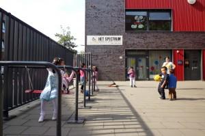Op het schoolplein van basisschool Het Spectrum in Den Haag is Marlies Rohmer verrukt over de zelfgemaakte schommels. Die zijn vastgemaakt aan stangen die tegelijk als fietsenrek dienen. Marlies: 'Zo had ik het precies bedoeld!' Foto: Jens van 't Klooster