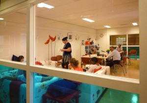 Rohmer noemt de lerarenkamer van Het Spectrum liefkozend haar panopticum. De ruimte ligt precies midden in het gebouw en is grotendeels van glas. Het overzicht dat meesters en juffen hierdoor hebben op de hele school blijkt meer dan effectief. Foto: Jens van 't Klooster