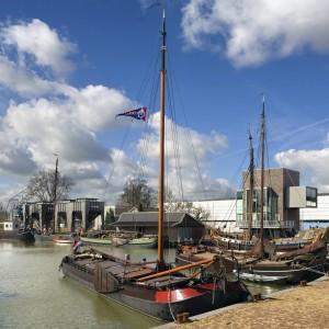 Rond de voormalige Veilinghaven in Utrecht initieerden Sluijmer en Van Leeuwen op eigen initiatief diverse projecten: de ligplaatsen voor historische schepen, hergebruik van voormalige zandtrechters als vergader- en kantoorruimte, een werkloods en een restaurant. Foto: Cornbreadworks