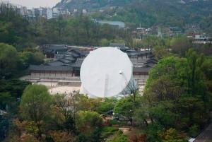 Prada Transformer in Seoul, OMA. Foto Charlie Koolhaas, met dank aan AMO