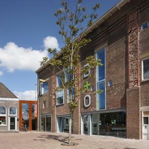 De Gasfabriek Meppel met in de linkerhoek de Hummelschool. Beide gebouwen werden in 2007 door B+O getransformeerd tot een modern bedrijfsverzamelgebouw met restaurant. Het plein kreeg onlangs een nieuwe inrichting. Foto: René de Wit.