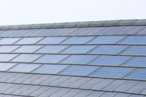 De vier rijen solarpannen vlak onder de nok van het dak produceren jaarlijks 5000 KWh.