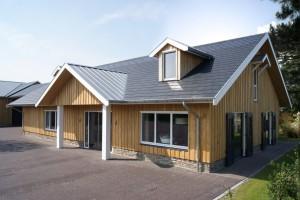 Het Synroof Experience Center in Hardenberg, de vier rijen solarpannen vlak onder de nok van het dak produceren jaarlijks 5000 KWh.