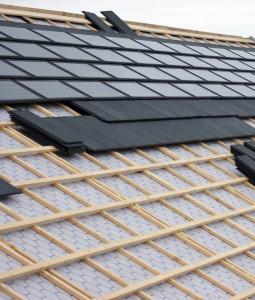 Synroof Solar Systems ontwikkelde een compleet daksysteem met een bijpassende solarpan. 'Kingston', zoals het systeem heet, bestaat uit vlakke solarpannen met bijpassende dakpannen en hulpstukken, die rechtstreeks op de standaard panlat worden gelegd.