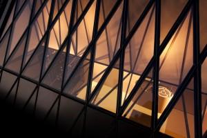 Verbouwing van het woonhuis van de vader van Jeroen Spee. De specifi ek ontworpen lichtstraat zorgt voor meer ruimtelijkheid. De wijnkast is opgebouwd is uit vierkante staafj es staal. Opgeleverd in 2011.